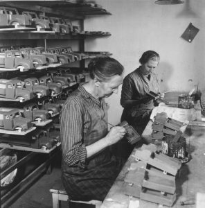 20-woodworking-factory-1940s